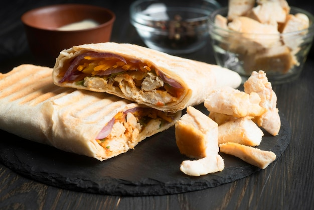 Envoltura de kebab de primer plano con carne y verduras