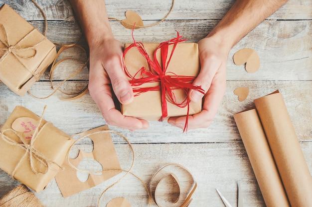 Envoltura de regalos para el amado. enfoque selectivo