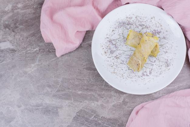 Envoltura de repollo con relleno en un plato blanco