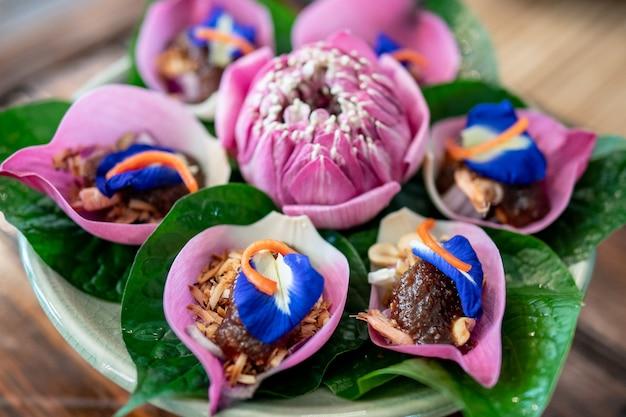 Envolturas de flores de loto con salsa