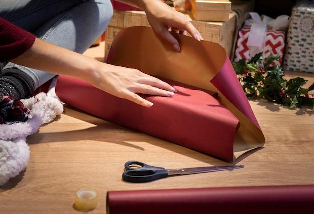 Envolviendo regalos en casa antes de la noche de navidad