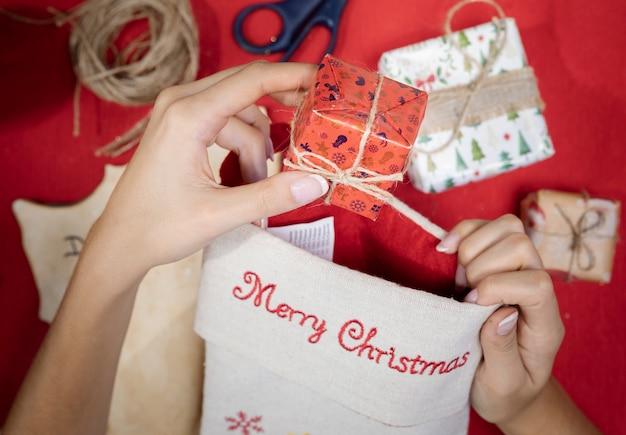Envolviendo regalos y escribiendo cartas para santa claus
