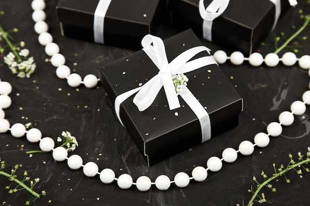 Envolviendo regalos modernos de navidad o regalos de cumpleaños.