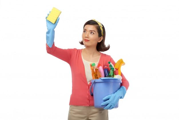 Envuelto en la limpieza de la casa