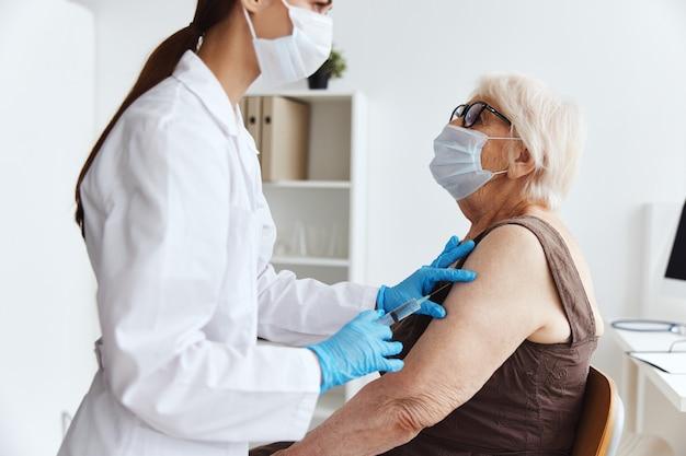 Epidemia del virus del pasaporte de la vacuna del paciente y el médico.