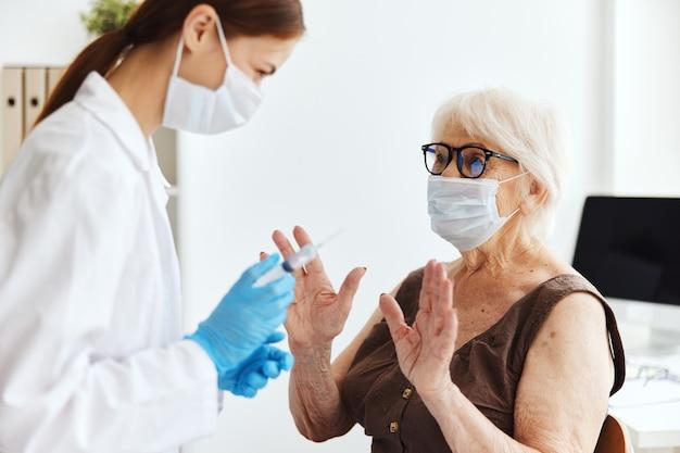 Epidemia de virus de seguridad de inmunización de anciana