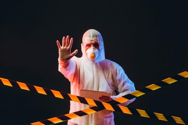 Epidemiólogo en ropa protectora en área restringida