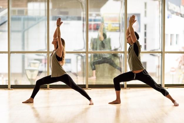 Equilibrar estilo de vida hermosa juntos en blanco