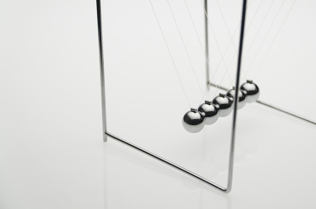 Equilibrio de bolas sobre un fondo blanco, aislado. concepto de negocio. la cuna de newton