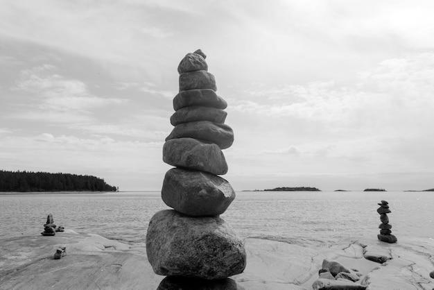 Equilibrio de rocas apiladas, apiladas con precisión. torre de piedra en la orilla. copia espacio