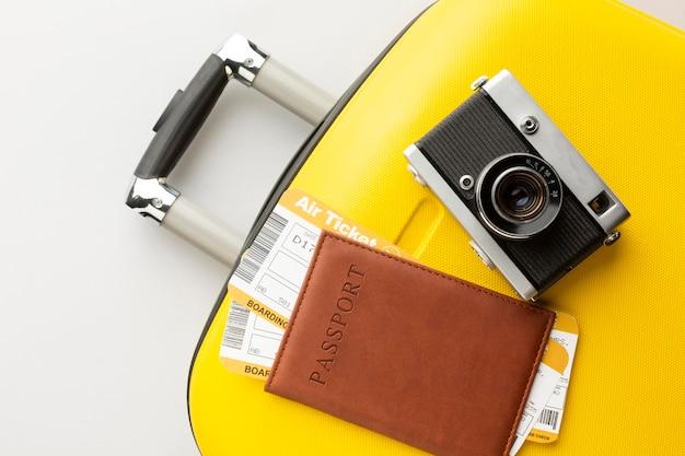 Equipaje amarillo con cámara y pasaporte.
