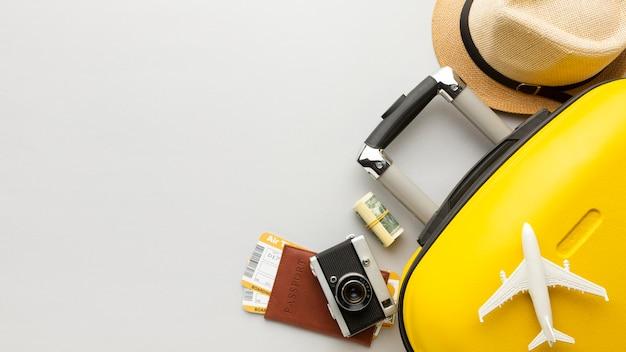 Equipaje amarillo plano con espacio de copia