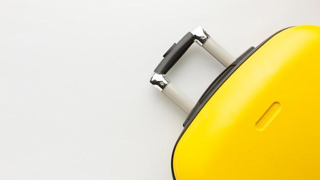 Equipaje amarillo vista superior con espacio de copia