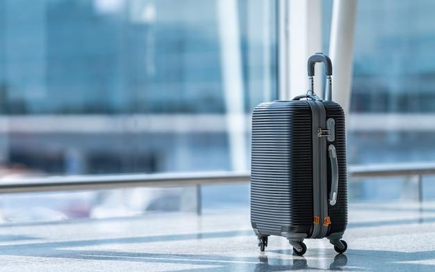Equipaje de bolsa de viaje en la terminal del aeropuerto