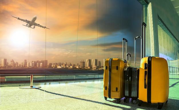 Equipaje de viaje en la terminal del aeropuerto