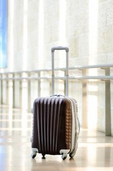 Equipaje del viajero, equipaje marrón en el interior de la sala vacía. copia espacio