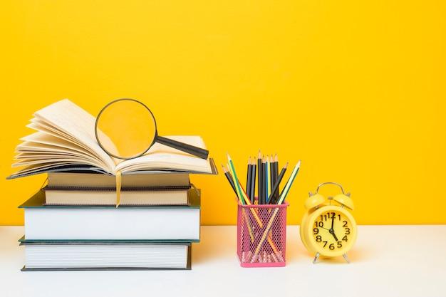Equipamiento escolar sobre fondo amarillo, concepto de fondo de educación equipamiento escolar sobre fondo amarillo, concepto de fondo de educación