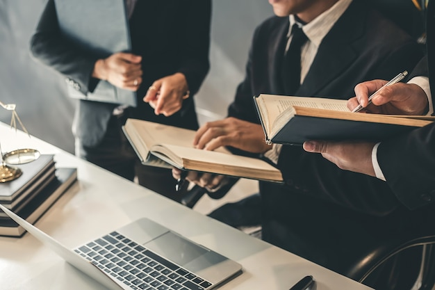 Equipo de abogados de negocios. trabajando juntos de abogado en la reunión.