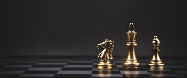 Equipo de ajedrez dorado en tablero de ajedrez.