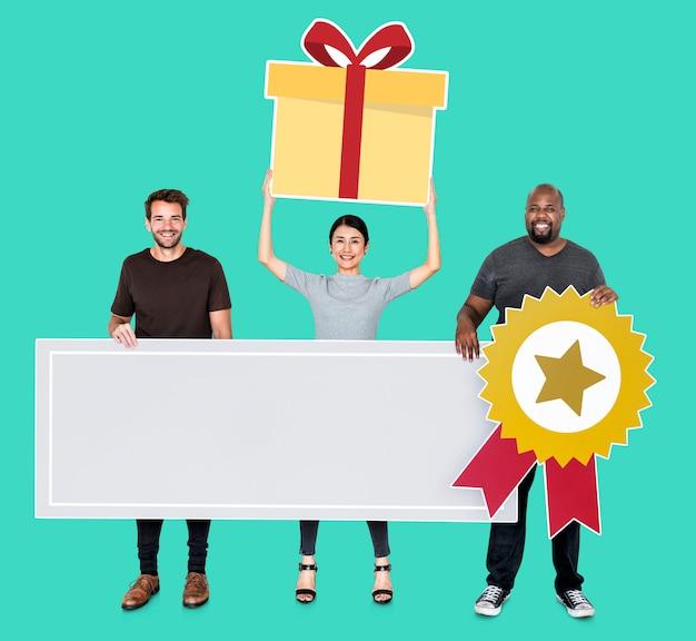 Equipo alegre sosteniendo un premio de competencia en banner en blanco