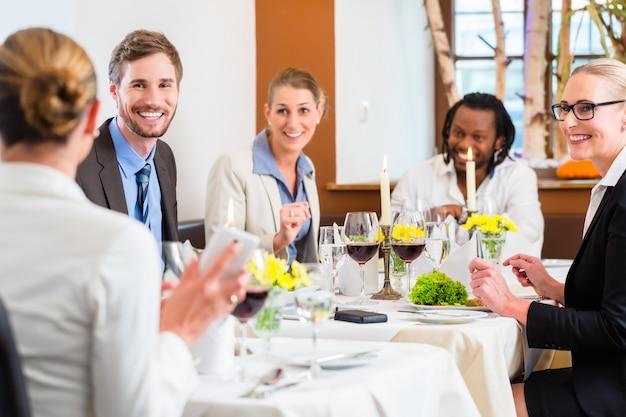 Equipo en almuerzo de negocios en restaurante