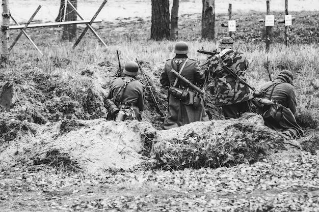 Equipo de ametralladoras soldados de la wehrmacht, alemania