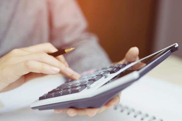 Equipo de analistas de negocios que verifica el estado financiero para auditar el sistema de control interno. contabilidad, concepto de contabilidad.