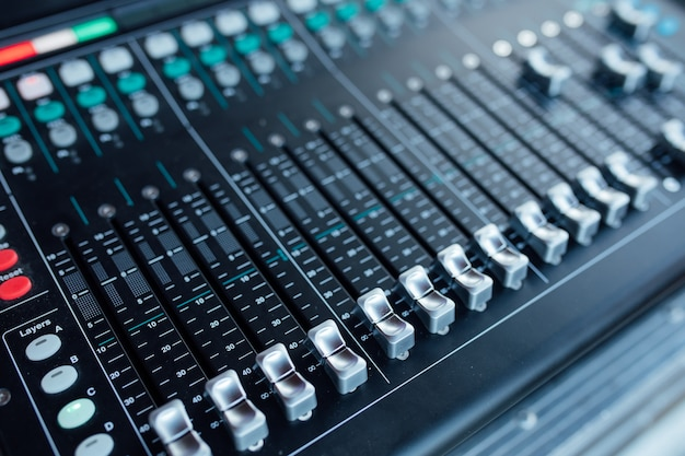 Equipo de audio en estudio de grabación.