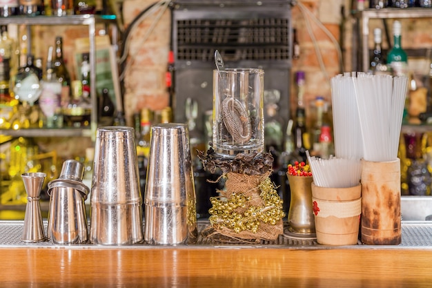 Equipo de bar de cócteles en un mostrador