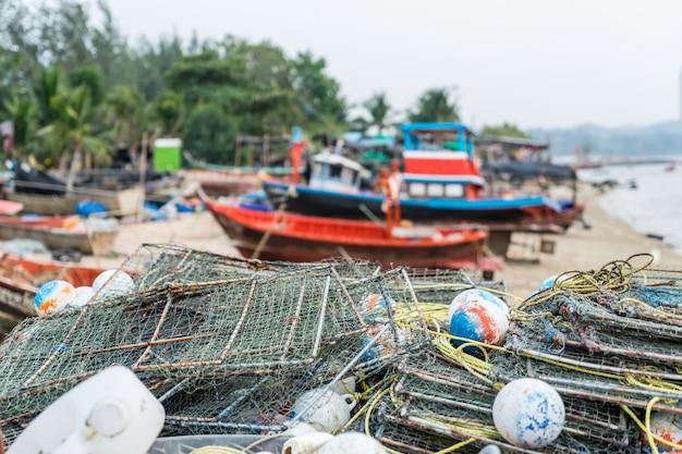 Equipo de captura de cangrejo de pescador en el muelle apilado y preparado para trabajar.