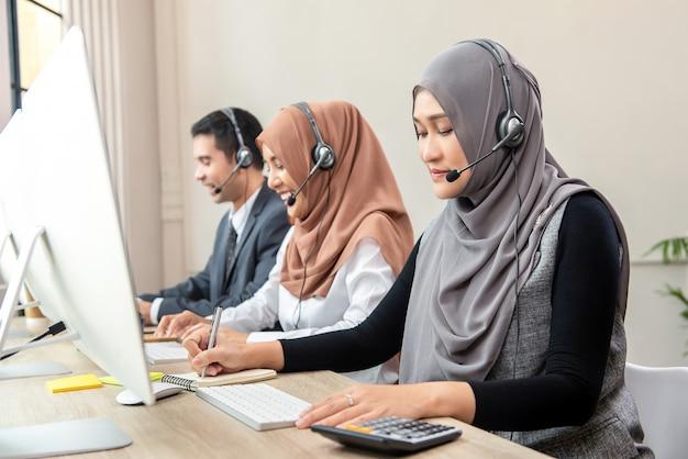 Equipo de centro de llamadas musulmán asiático