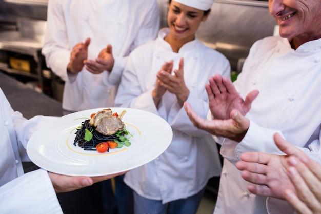 Equipo de chefs aplaudiendo