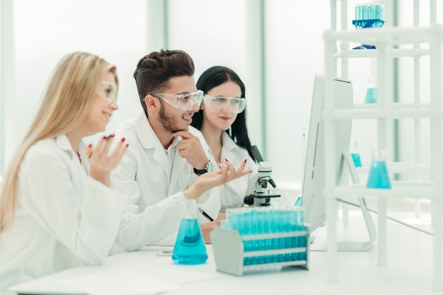 Un equipo de científicos usa una computadora para verificar los datos