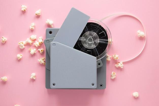 Equipo de cine de vista superior sobre fondo rosa