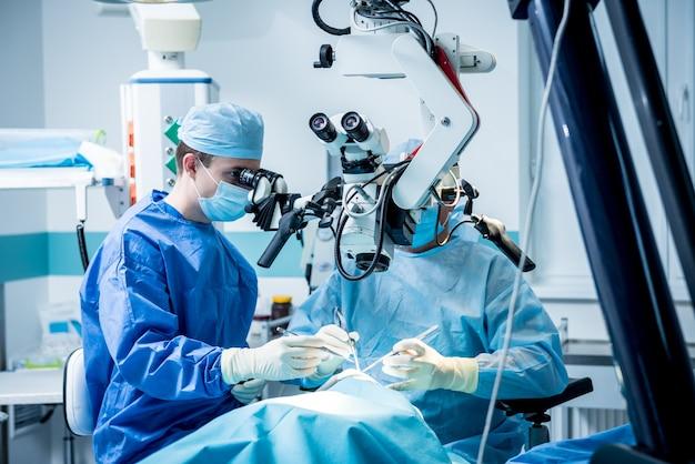 Un equipo de cirujanos que realizan una cirugía cerebral para extirpar un tumor.