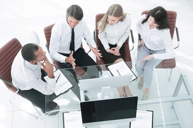 Equipo de closeup.business discutiendo un documento comercial. el concepto de negocio.