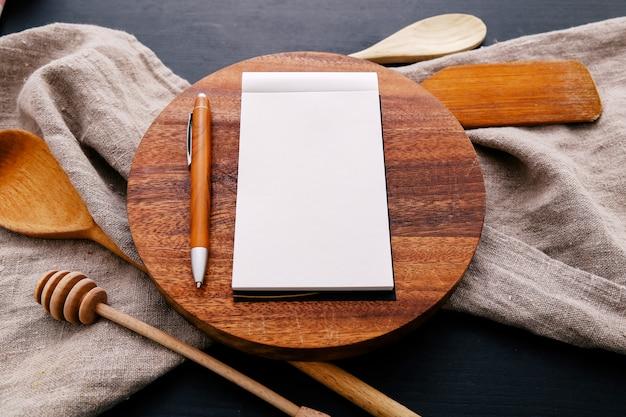 Equipo de cocina en encimera de cocina y cuaderno