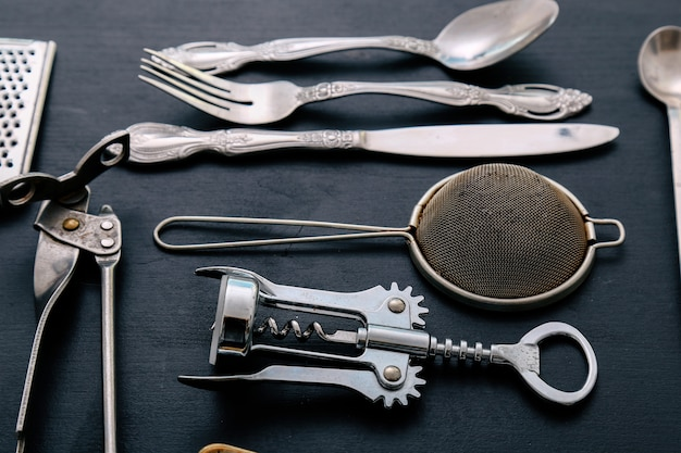 Equipo de cocina metálico en la encimera de la cocina.