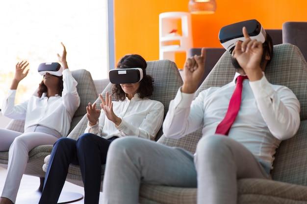 Equipo de colegas de negocios jugando juegos de realidad virtual