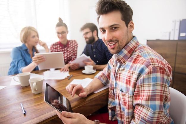 Equipo de compañeros de trabajo trabajando con una tableta digital