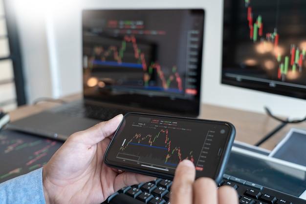 Equipo de corredor o comerciantes hablando de forex en múltiples pantallas de computadora del mercado de valores