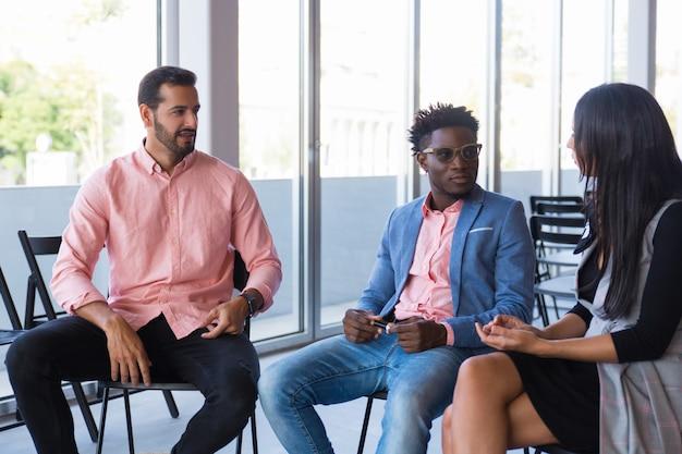 Equipo creativo multiétnico compartiendo ideas para proyecto