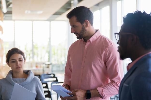 Equipo creativo multiétnico discutiendo ideas para proyecto