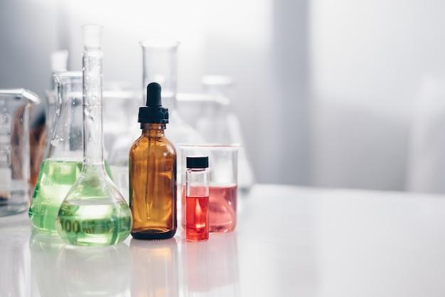 Equipo de cristalería de laboratorio de tubo de ensayo químico de laboratorio de ciencia. concepto de investigación y desarrollo.