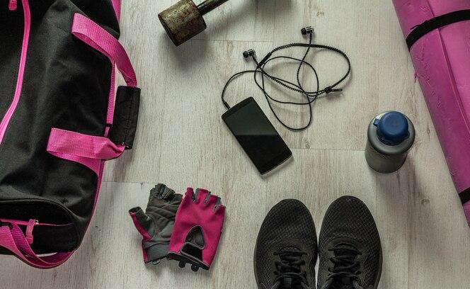 Equipo de gimnasio en el piso de madera