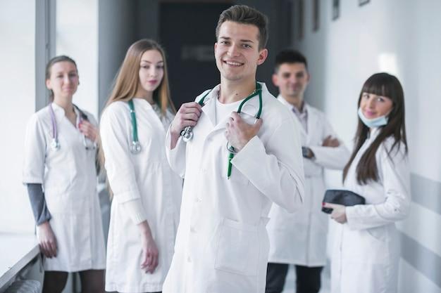 Equipo de médicos alegres en el hospital