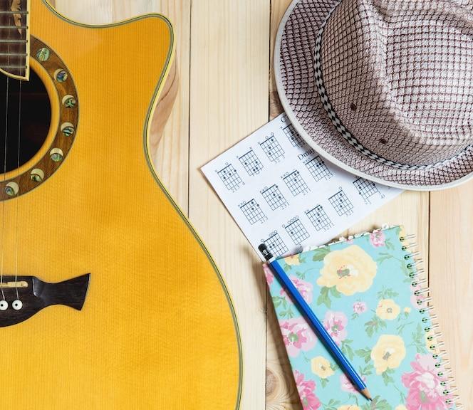 Equipo de músico de verano, guitarra con música portátil