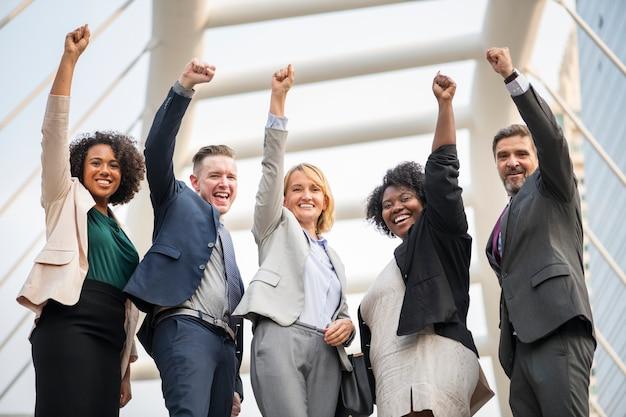 Equipo de negocios exitoso y feliz