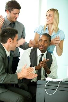 Equipo de negocios internacionales discutiendo en oficina