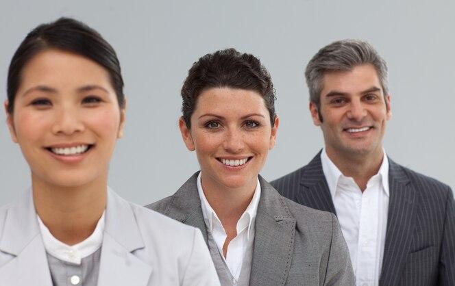 Equipo de negocios internacionales en una línea